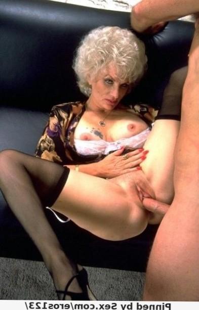 Reife Frau lässt sich auf diesem Bild in die alte Muschi ficken. Mit ihren grauen Locken schaut sie recht erotisch aus.